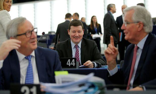 Martin Selmayr (Mitte) leitet künftig das österreichische Kommissionsbüro.