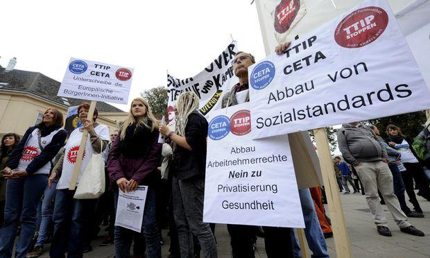 Auch in Österreich gehen Menschen gegen das TTIP-Abkommen auf die Straße.