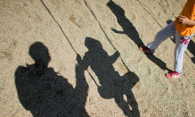 Nicht jede Schaukel, an der sich Kinder auf dem Spielplatz erfreuen, ist auch für Erwachsene geeignet.