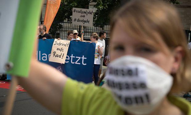 Protest Dieselgipfel Umweltschutzverbaende protestieren vor dem Bundesministerium fuer Verkehr und dig
