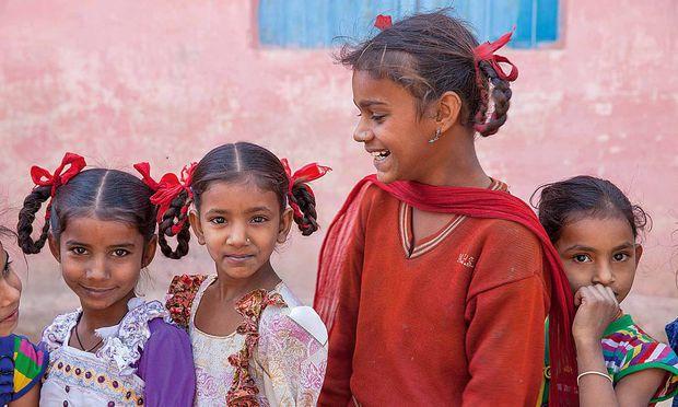 Bildung. Diese Mädchen besuchen eine Schule im indischen Dorf Usar in Rajasthan.