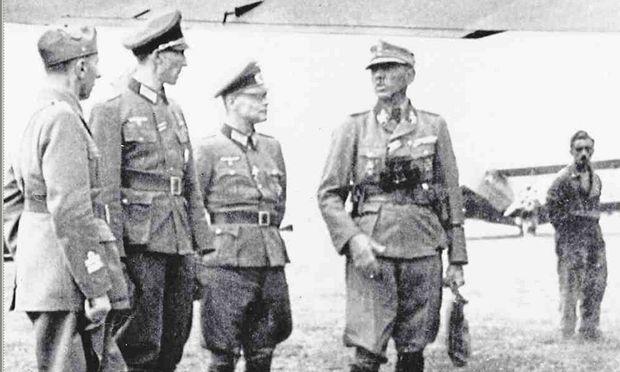 22. Mai 1943: Oberleutnant Waldheim (zweiter v. l.) erwartet auf dem Flugplatz von Podgorica General Artur Phleps, SS-Obergruppenführer und General der Waffen-SS.