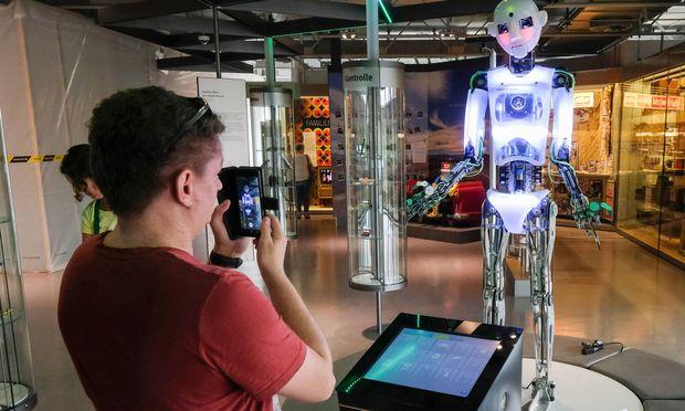 Intelligente Roboter rücken in die Fabriken vor. Dieses Exemplar hat es sogar schon ins Museum geschafft.  / Bild: (c) imago/epd (Friedrich Stark)