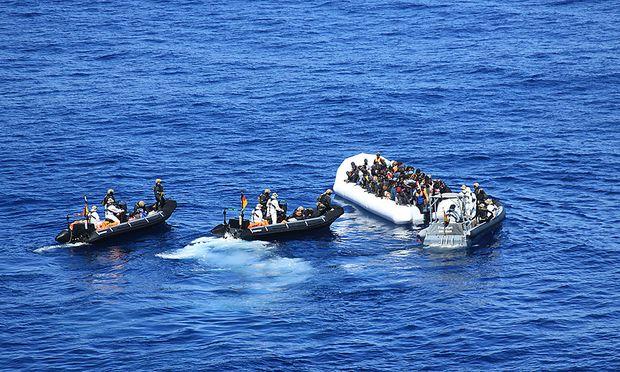 Die deutsche Marine rettet Flüchtlinge im Mittelmeer
