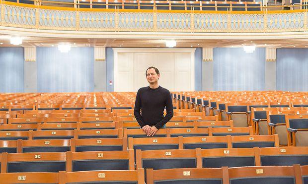 Der französische Bratschist Antoine Tamestit spielt seit 2008 eine Stradivari und fühlt sich seitdem auf der Bühne nicht mehr allein.  / Bild: Akos Burg