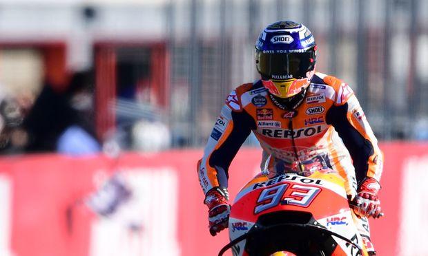 Marc Márquez: Der Champion fährt auf dem Hinterrad über die Ziellinie.
