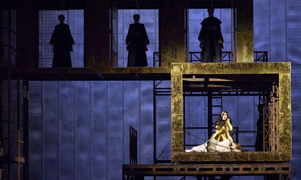 Gaëlle Arquez als Armide und Stanislas de Barbeyrac als Renaud in einem reduzierten Bühnenbild von Pierre-André Weitz.