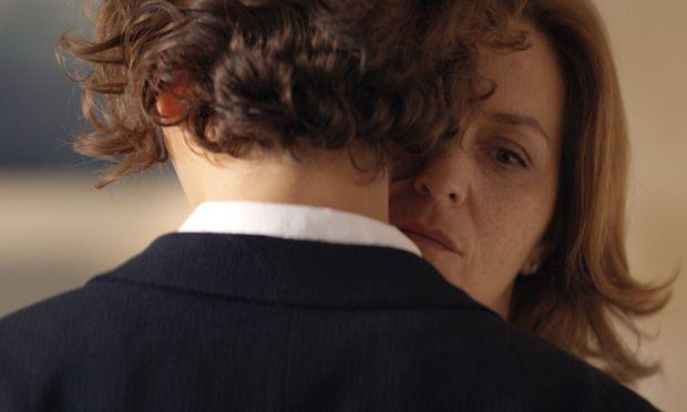 Haltsuchende in einer sinistren familiären Katastrophe: die leidende Mutter Anna (Martina Gedeck) und ihr mitfühlender Sohn Wolfgang (Julius Hagg).