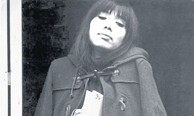 Einmal ohne Zigarette. Schwarz-Weiß-Porträt aus Maki Asakawas jüngeren Jahren.