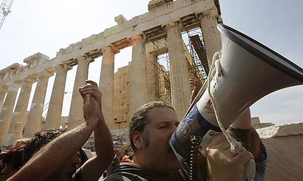 Contract workers of the Culture Ministry protest in front of the temple of the Parthenon against the