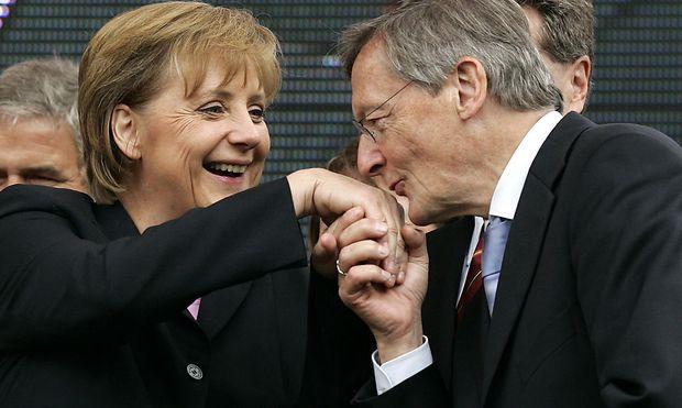 Der Handkuss, wie ihn hier der damalige Bundeskanler Wolfang Schüssel an der deutschen Kanzlerin Angela Merkel praktiziert, wurde nicht abgefragt.
