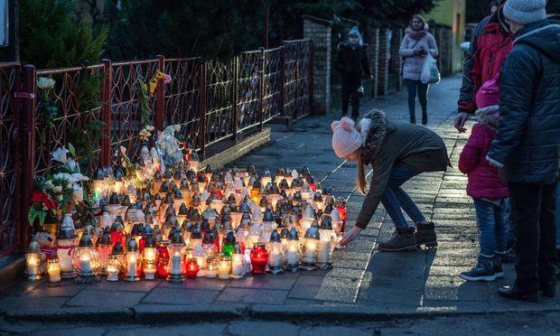 Fünf Teenager starben am Freitag in Polen, als bei einem Anbieter von Escape-Games ein Feuer ausbrach.