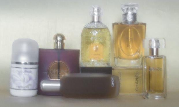 """Von links: """"Anaïs Anaïs"""" von Cacharel. """"Opium"""" von Yves Saint Laurent. """"Aromatics Elixir"""" von Clinique. """"Chamade"""" von Guerlain. """"Cristalle"""" von Chanel. """"Diorella"""" von Dior. """"Azurée"""" von Estée Lauder. Im gehobenen Fachhandel erhältlich."""