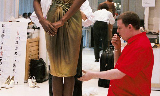 Er erfasste die Körper mit dem Auge und übertrug deren Dimensionen dann auf ein Stück Stoff: der britische Modeschöpfer Alexander McQueen (1969–2010) bei der Arbeit – in einer Szene aus der Dokumentation, die am Freitag in österreichischen Kinos anläuft.
