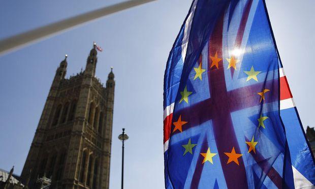 EU- und britische Flagge vor dem britischen Parlament
