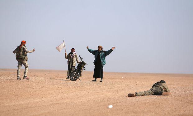 Unbekannte ergeben sich SDF-Soldaten nördlich von Raqqa