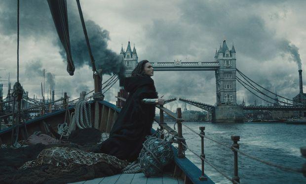 Der Film hat Leichtigkeit und Humor, etwa wenn die Amazonen-Prinzessin Diana (Gal Gadot) sich ins London der 1910er-Jahre einzuleben versucht.