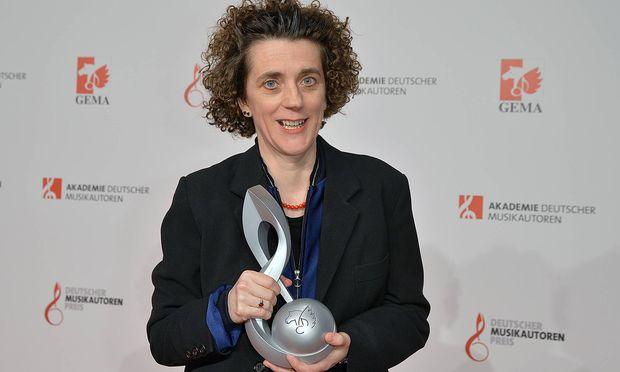 Olga Neuwith mit ihrem Preis