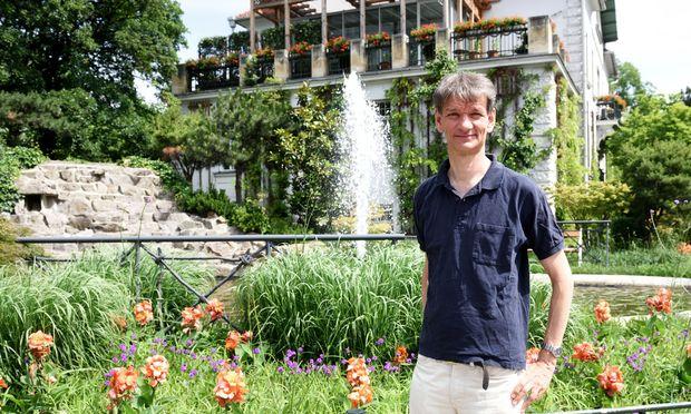 Initiator Dietmar Flosdorf beim Wiener Stadtpark. Der Park ist eine der vielen Klanginseln, im Anschluss wird hier gefeiert.