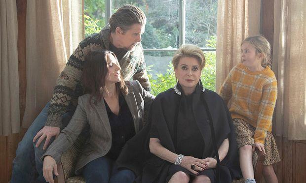 Fabienne (Catherine Deneuve) mit Familie (Juliette Binoche, Ethan Hawke, Clementine Grenier).
