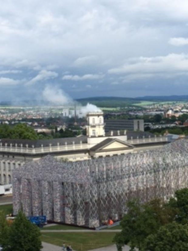 Ausblick auf den Bücher-Parthenon und den rauchenden Turm