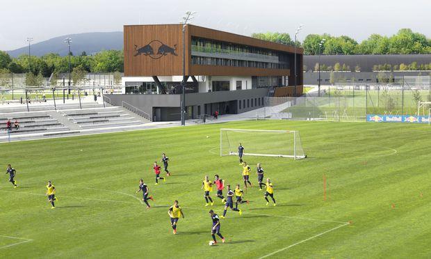 Die Red-Bull-Akademie in Liefering: Hier werden die Bundesligastars von morgen geformt, die Trainingsmöglichkeiten sind schlichtweg perfekt.