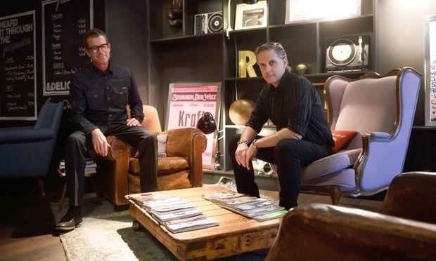 """John Convertino (l.) und Joey Burns beim Gespräch. Am Donnerstag spielen sie bei der """"Nacht gegen Armut"""" in der Wiener Arena."""