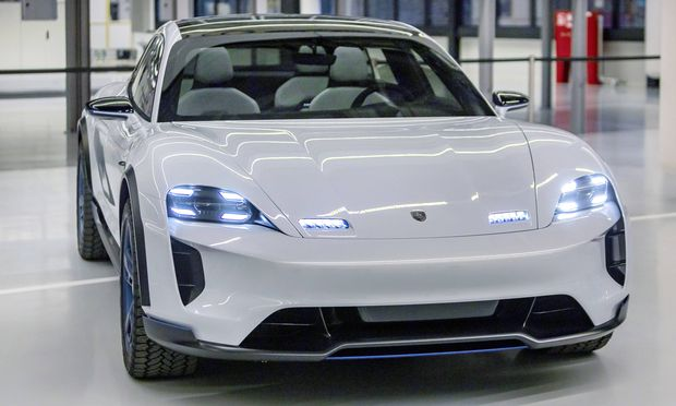 Konzeptstudie Mission e von Porsche. Das Konzeptfahrzeug, Mission e von Porsche, ähnelt dem über 600 PS starken Elektro-Porsche Taycan. / Bild: (c) imago/Arnulf Hettrich (Arnulf Hettrich)
