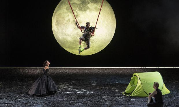 Katharina Ruckgaber als herzige Papagena, Daniel Schmutzhard (Papageno) turnt in Lederhose über die Bühne, Sebastian Kohlhepp ist ein etwas höhensteif-blasser Tamino.