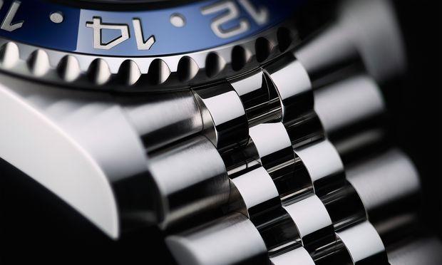 Das Jubilé-Band mit Oysterlock-Sicherheitsfaltschließe besitzt zwei breite satinierte und drei schmale polierte Gliederreihen.