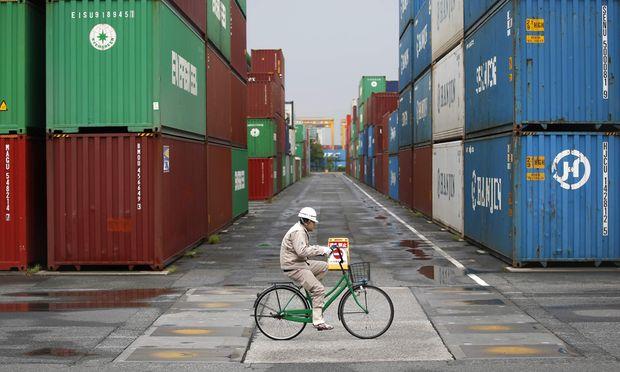 Ruhiges Radeln zwischen gestapelten Containern.