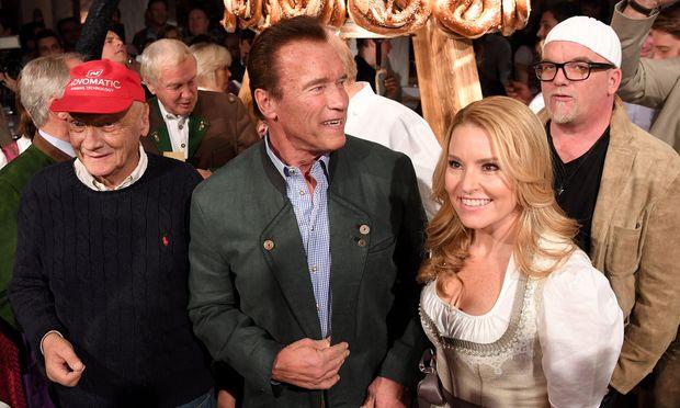 Wenn die Weißwurst ruft: Arnold Schwarzenegger führte die prominenten Besucher beim Stanglwirt an. / Bild: APA/ROLAND SCHLAGER