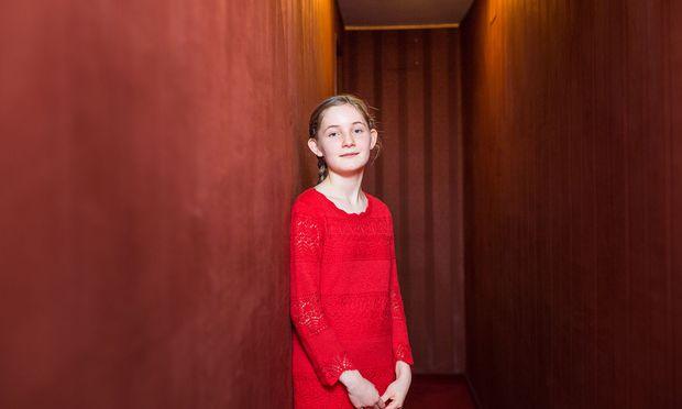 """Alma Deutscher: """"Ich will, dass meine Kompositionen auf der ganzen Welt aufgeführt werden. Ich will sie spielen."""" / Bild: (c) Akos Burg"""