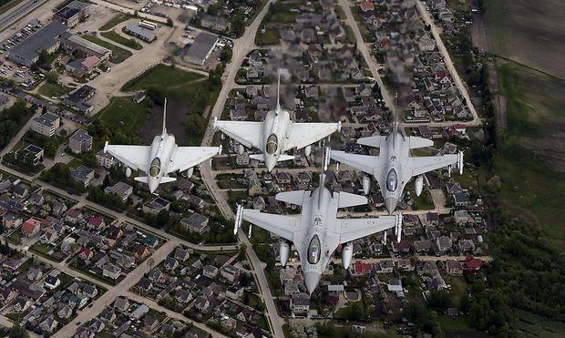 Norwegische F-16-Jets italienische Eurofighter patroullieren im Zuge einer Nato-Übung über den Balten-Staaten.