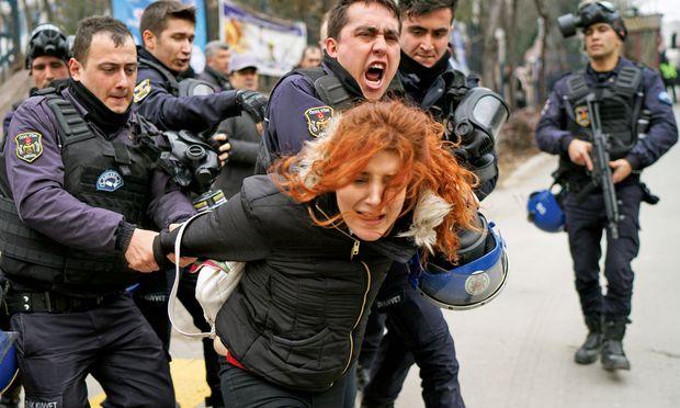 Proteste gegen die Entlassung von Forschern vor der Ankara Universität in der Hauptstadt.