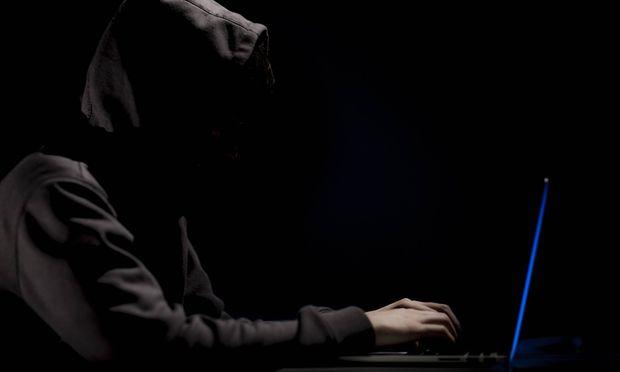 Illustration zum Thema Darknet Ein Mann mit Kapuze sitzt an einem Laptop Berlin 13 01 2017 MODE