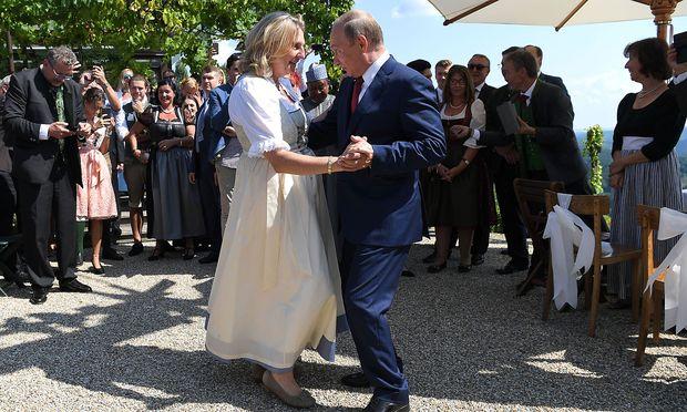 Nach dem Tanz machte Ex-Außenministerin Kneissl einen Knicks vor Putin.