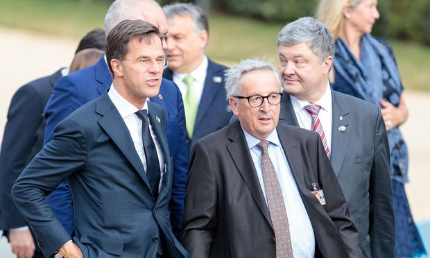 Jean-Claude Juncker (rechts) beim Nato-Gipfel mit dem niederländischen Ministerpräsidenten, Mark Rutte. Juncker musste am Donnerstag gestützt werden, am Vorabend war er auf einen Rollstuhl angewiesen.