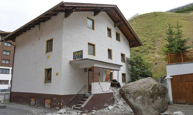 Notfälle: 20-Tonnen-Fels donnert gegen Haus in Tirol