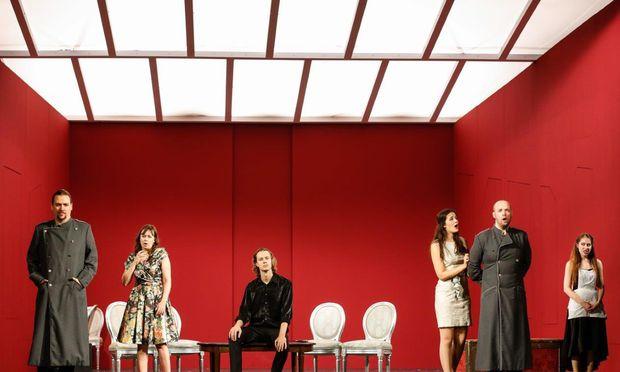 Im roten Raum: Michael Schade postiert die Protagonisten geschickt.
