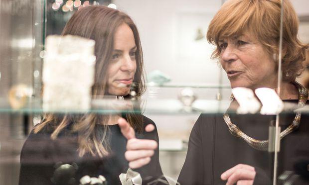 Letizia Plankensteiner (l.) und Renate Slavik in der Galerie.