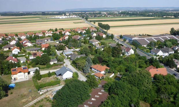 Die offene Fläche zwischen den Orten könnte durch einen Bahnhof überbrückt werden. Die Bevölkerung entscheidet mit.