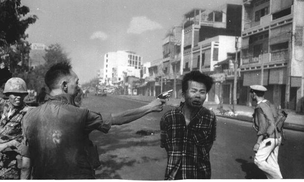 """Saigon am 1. Februar 1968. """"Ich hatte keine Ahnung, dass er schießen würde"""", so Fotograf Edward Adams, der für dieses Foto den Pulitzer-Preis erhielt."""