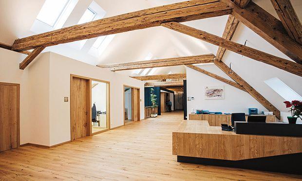 Rustikal und urig trifft auf nachhaltig und regional: das Büro der Hirter Brauerei im früheren Stall.