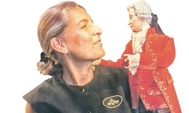 Christine Hierzer, im Bild mit der Mozart- Marionette, leitet das Marionettentheater im Schloss Schönbrunn.