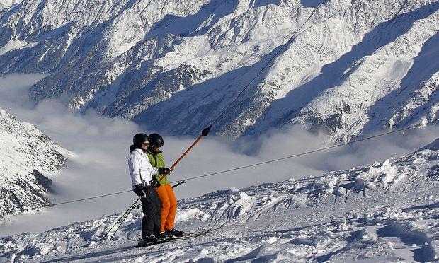 Archivbild: Skifahrer auf einem Schlepplift im Tiroler Stubaital