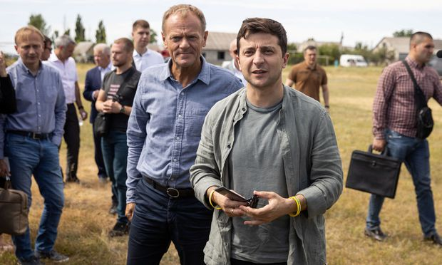 Frontbesuch vor dem EU/Ukraine-Gipfel: EU-Ratspräsident Donald Tusk (l.) und Präsident Wolodymyr Selenskij im Donbass.