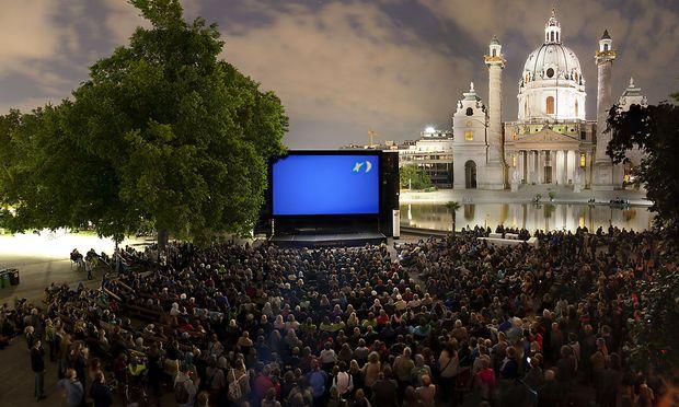 Das Kino unter Sternen am Karlsplatz ist eines der Wiener Sommerkinos.