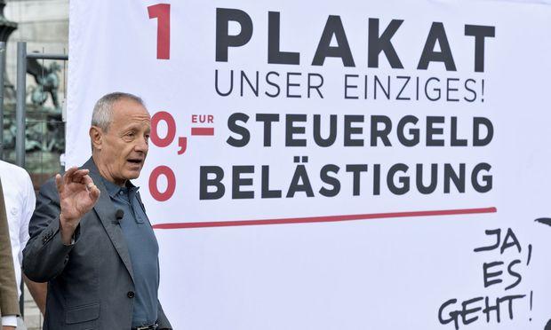 Peter Pilz präsentiert das einzige Wahlplakat seiner Liste