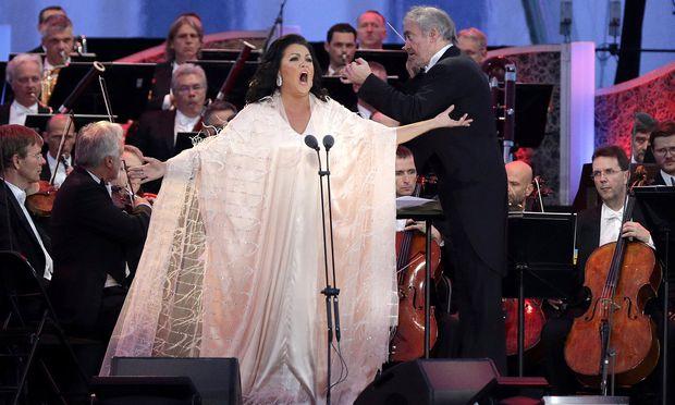 Umarmungen für ein Publikum auf der ganzen Welt: Netrebko sang zum ersten Mal im Schlosspark.